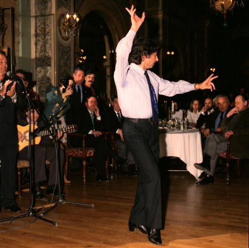 Mario Maya bailando en la celebración en el Hotel